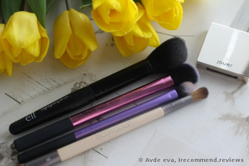 Here are the brushes I use to apply the product on my skin. Two of them, which are bigger I use to apply the highlighter on my cheekbones and the smaller brushes are for the inner corners of the eyes, brow bone and Cupid's bow